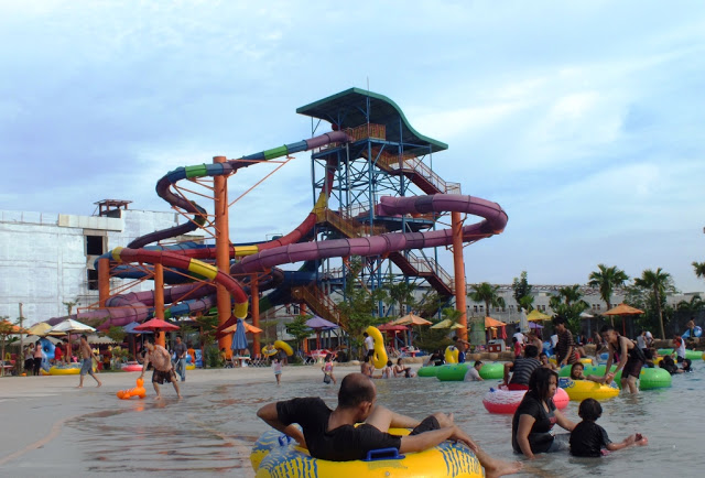 Wahana seluncuran dan Kolam Ombak Waterpark Wonders Water World