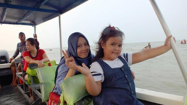 naik boat berkeliling sepanjang Pantai Bali Lestari