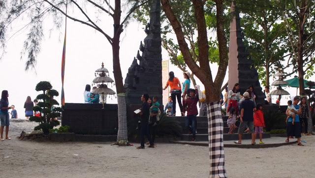 Gapura bali salah satu spot view Pantai Bali Lestari