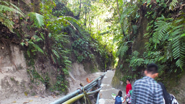 Menuruni 84 anak tangga menuju ke Air Terjun Bah Biak. /Dok. SeMedan.com