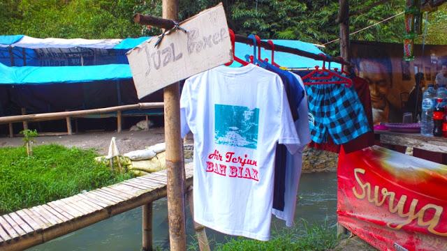 Warung tempat menjual celana boxer dan kaos untuk oleh-oleh. /Dok. SeMedan.com