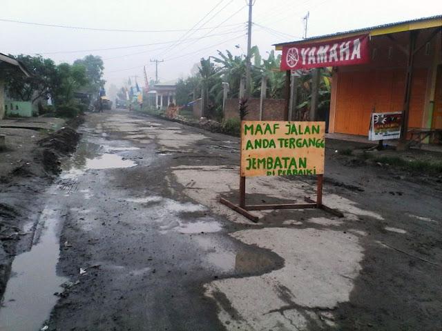 Jalan Perhubungan menuju Kampung Kolam
