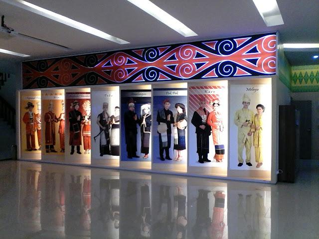 ruang utama museum negeri sumatera utara menampilkan etnismasyarakat yang hidup di sumatera utara dalam pakaian adat masing-masing