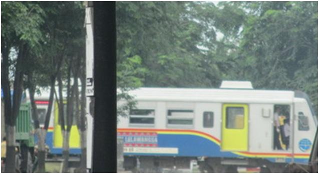 Kereta Api Lelawangsa sedang melaju kencang di pintu perlintasan jalan Asrama Medan