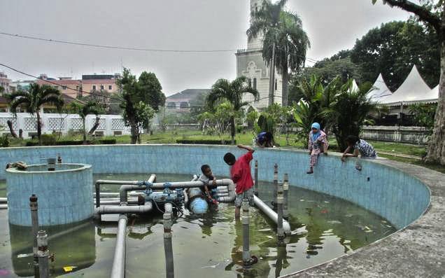 bermain di kolam masjid raya medan