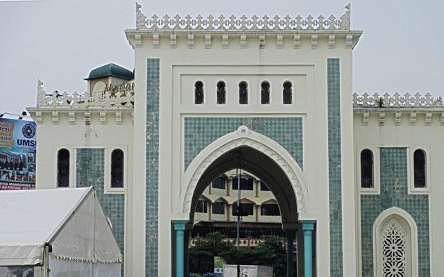 gapura sebelum memasuki masjid raya, gapura simbol kehormatan menyambut tamu
