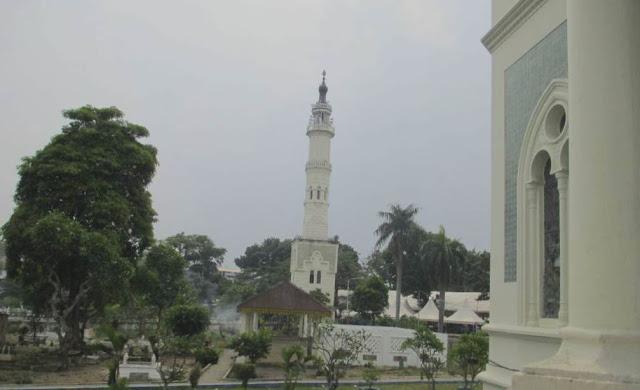 menara masjid dan pekarangan belakang masjid raya tempat makam raja-raja melayu dan orang penting di sumut