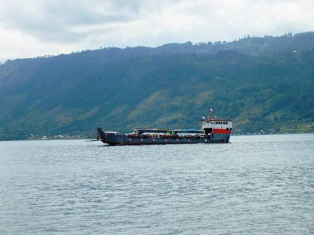 Sebuah kapal ferry dari Tomok menuju ke Ajibata