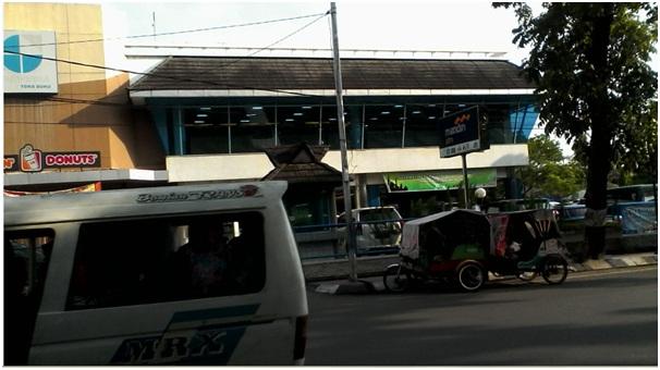 Lalu-lintas jalur satu arah berada di Gramedia Medan Jalan Gajah Mada. Kendaraan sangat padat-super kencang. Penyeberang atau pejalan kaki sebaiknya hati-hati
