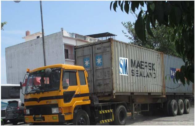 Setiap hari kendaraan besar tronton melintasi Jalan Asrama Medan menuju Pelabuhan Internasional Belawan dekat dengan situs Kota Cina
