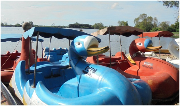 Wahana permainan air di Danau Siombak Bebek Dayung