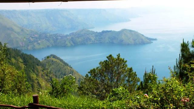 Pemandangan Danau Toba dari cafe Taman Simalem Resort