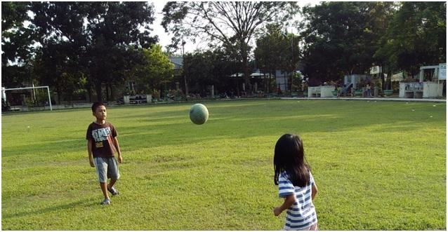 Asyiknya bermain sepak bola di lapangan mini Taman Helvetia Medan