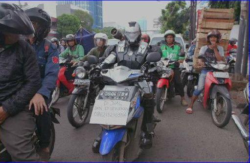 Cerita 'Superhero' Naik Sepeda Motor