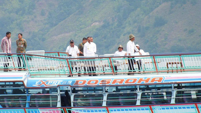 Presiden Jokowi Naik Kapal Feri Dosroha 2 ke Pulau Samosir