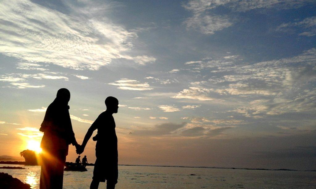 Jangan pernah melewatkan panorama sunset di Pantai Santolo yang indah.