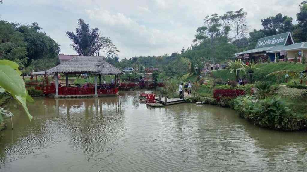 Tempat favorit berada pondok di pinggir kolam dan pondok diatas bukit bunga