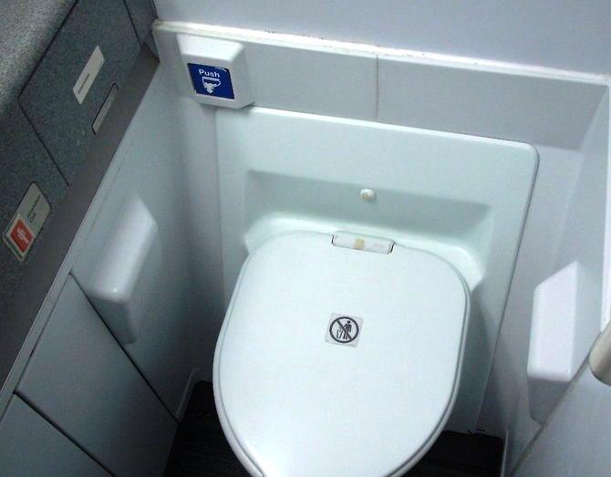 Cara Menggunakan Toilet di Pesawat Dengan Benar